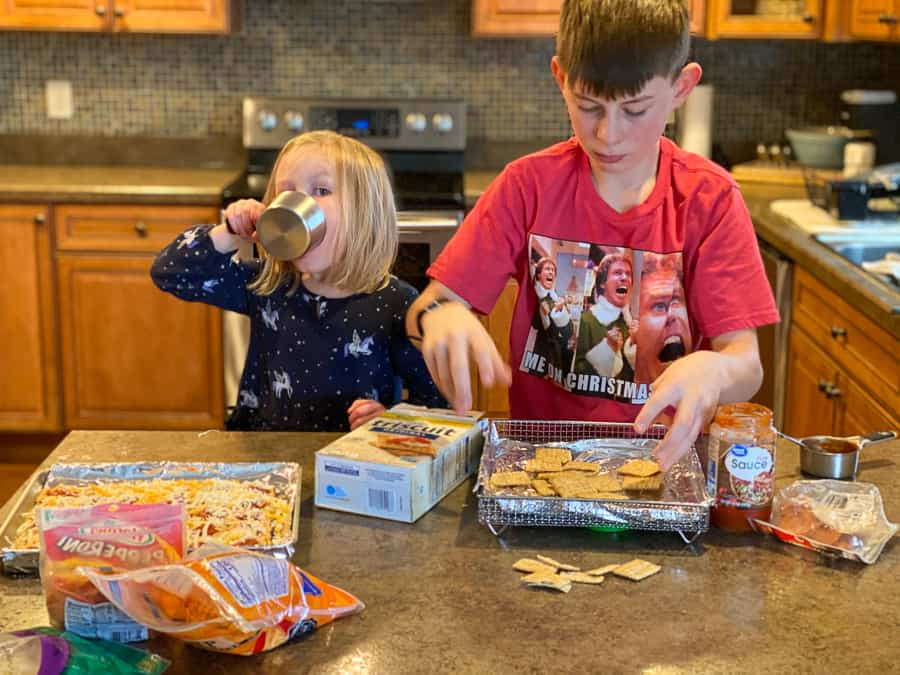 Kids making Triscuit pizzas