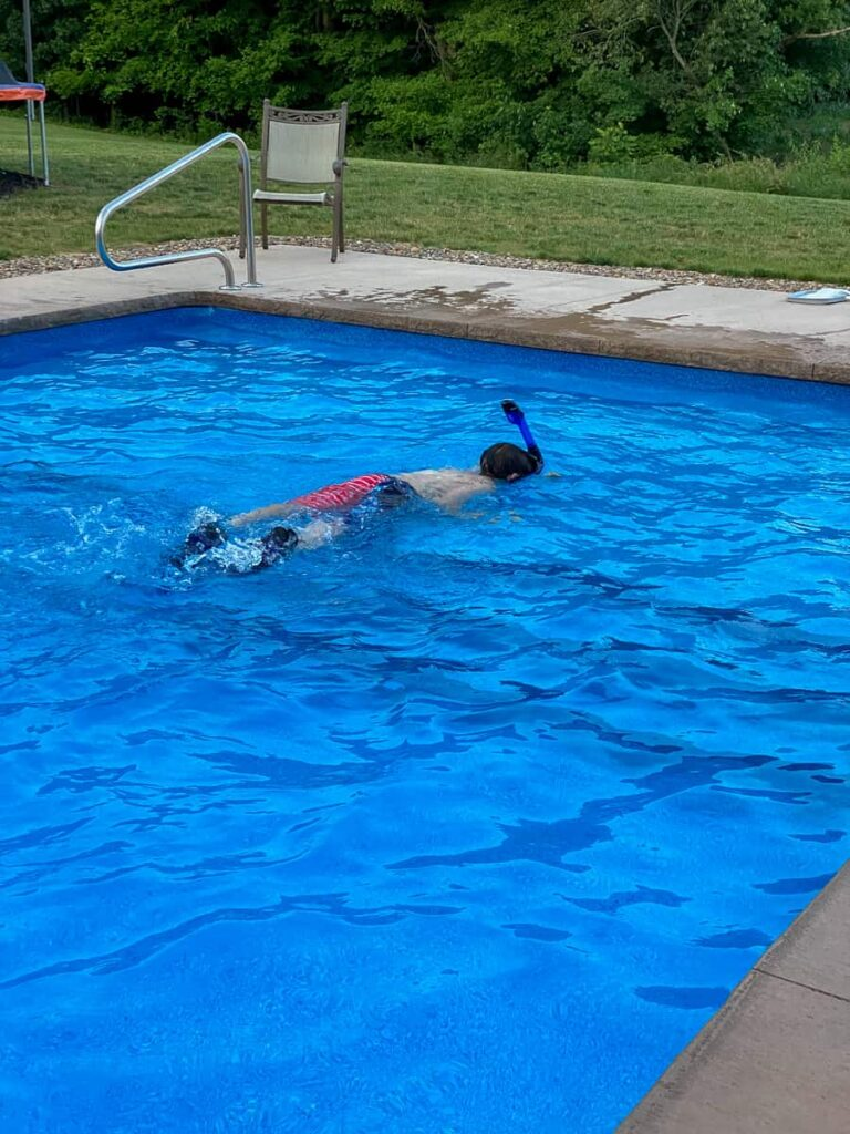 Using full snorkel face mask and fins in a swimming pool